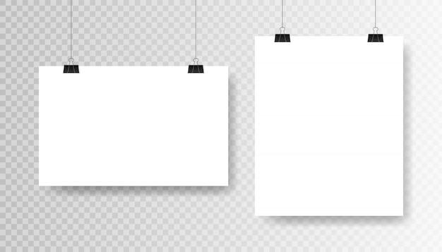 투명 한 배경에 빈 흰색 포스터 템플릿입니다. affiche, 종이 시트 클립에 매달려. 광고 배너 모형 스탠드 전시회