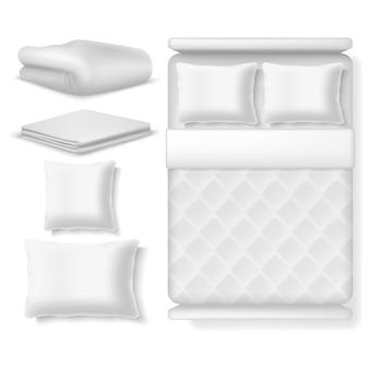 빈 흰색 현실적인 침구 평면도입니다. 담요, 베개, 린넨 및 접힌 수건이있는 침대.