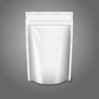 Пустой белый реалистичный пластиковый мешочек с застежкой-молнией на сером фоне с местом