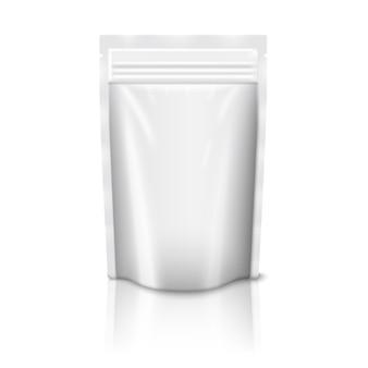 反射で白い背景に分離されたジッパー付きの空白の白い現実的なプラスチックポーチ。デザインとブランディングのための場所。