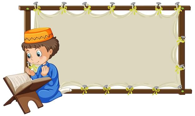 漫画のキャラクターを祈るイスラム教徒の少年と空白の木製フレーム