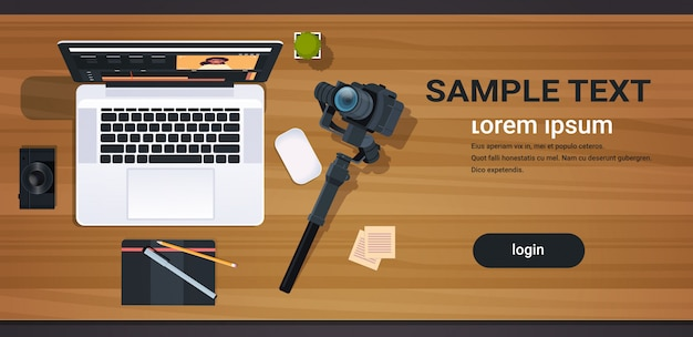 ブログのコンセプトを編集するためのアプリケーションのインターフェイスを備えたブロガーまたはビデオエディターの職場のラップトップデスクトップのトップアングルビューの水平方向のコピースペースを記録するためのプロフェッショナルデジタルカメラ