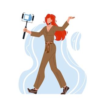 カメラでビデオを録画するブロガーの女性