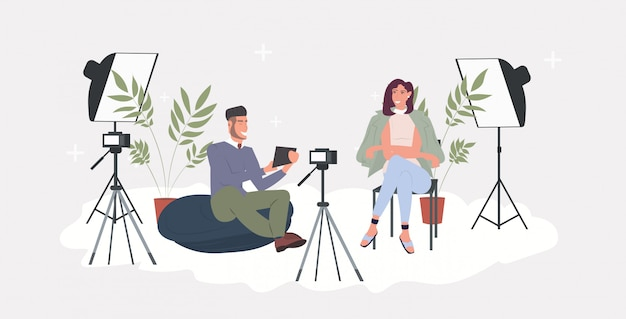 Блоггеры пара запись видео блог с цифровым фотоаппаратом на штативе мужчина женщина потоковое вещание социальные медиа сети блог концепция горизонтальный полная длина