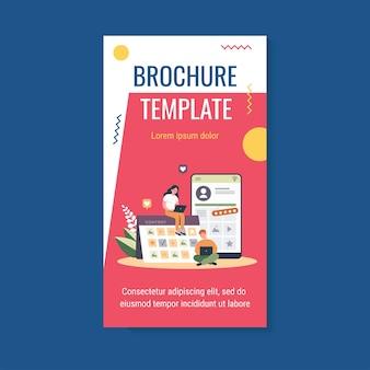 콘텐츠 전략 및 계획 브로셔 템플릿을 작업하는 컴퓨터가있는 블로거