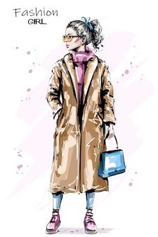 Девушка со светлыми волосами в пальто.