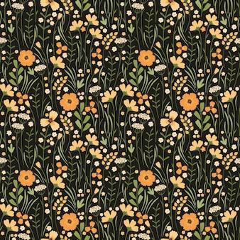 咲く夏の牧草地のシームレスなパターン。暗い背景に花柄を繰り返します。フィールドには、さまざまな野生の黄色い花、つぼみ、葉、茎がたくさんあります。リバティミレフルー。スカンジナビアスタイル