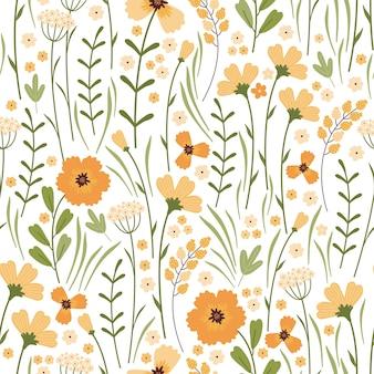 咲く夏の牧草地のシームレスなパターン。白い背景に花柄を繰り返します。フィールドには、さまざまな野生の黄色い花、つぼみ、葉、茎がたくさんあります。リバティミレフルー。スカンジナビアスタイル