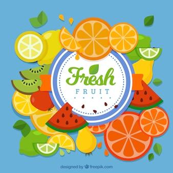 Синий фон с кусочками фруктов