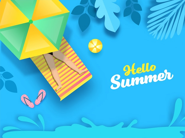 Голубая предпосылка с листьями отрезка бумаги, слоем воды и взгляд сверху человека лежа на sunbed для здравствуйте! концепции лета.