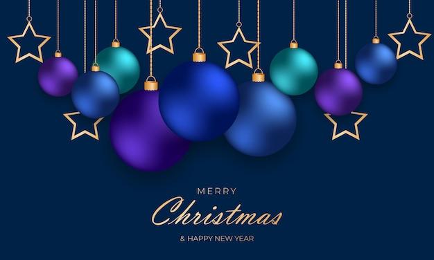 파란색 배경에 금 사슬에 매달려 있는 파란색 크리스마스 공과 별