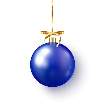 Синяя рождественская безделушка с лентой и бантом на белом
