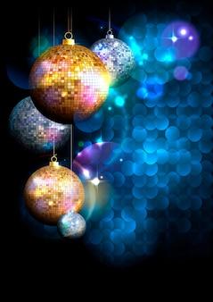 Синий фон многоугольника с елкой золотые и серебряные мозаичные шары.