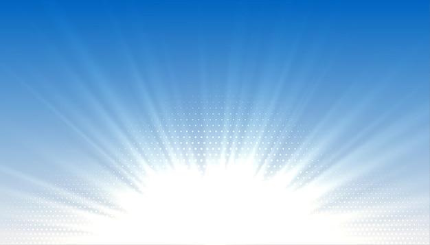 Голубое небо с сияющими солнечными лучами
