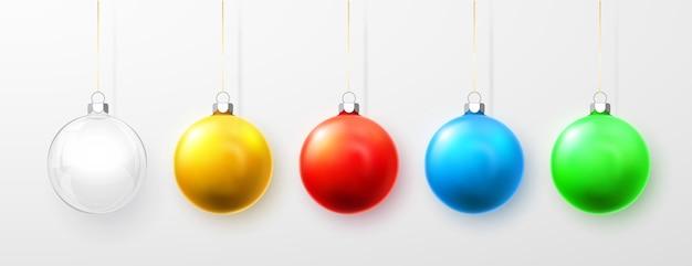 青、白、緑、黄色、赤のクリスマスボール。