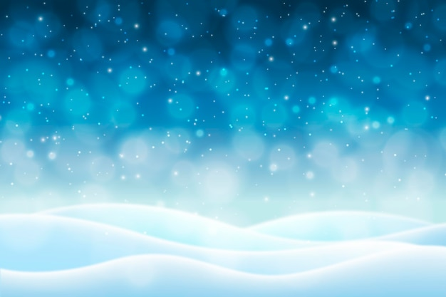 ぼやけた冬の背景の雪の丘