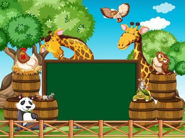 庭に多くの動物がいるボードテンプレート