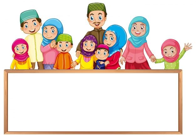 カラフルな衣服のムスリム家族とボードテンプレート