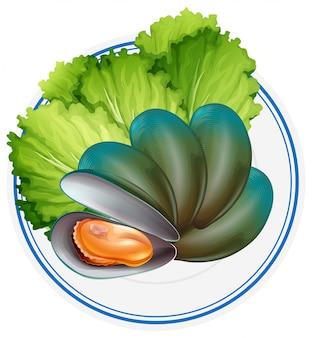 접시에 삶은 홍합과 야채