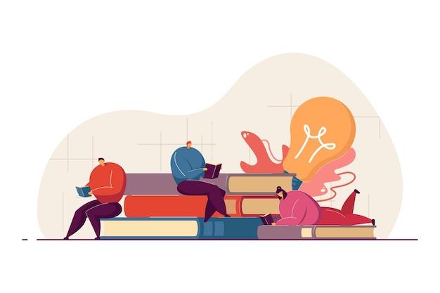 Книжные черви или любители книг с удовольствием читают в библиотеке или книжном магазине