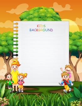Шаблон границы со счастливыми детьми обратно в школу