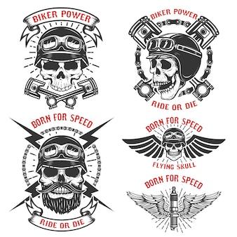 Рожден для скорости. набор эмблем с гоночными черепами. байкерский клуб этикеток. иллюстрации.