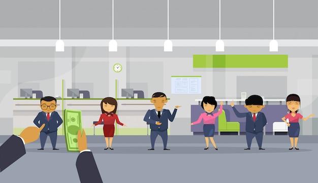 Рука делового человека bos дает деньги команде азиатских бизнесменов, получающих зарплату