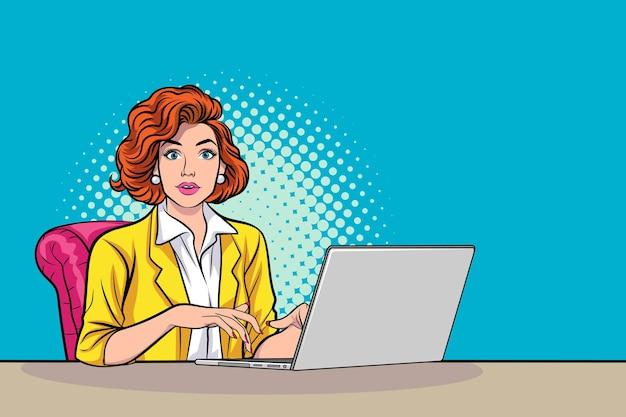ラップトップコンピューターのポップアートコミックスタイルに取り組んでいるボスビジネスの女性。