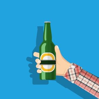 手にビールのボトル。