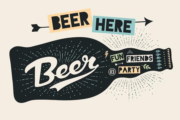 Бутылка пива с рисованной надписью и текстом beer here для знака фестиваля пива октоберфест. винтажный рисунок для бара, паба, пивной тематики. знак черной бутылки с буквами.