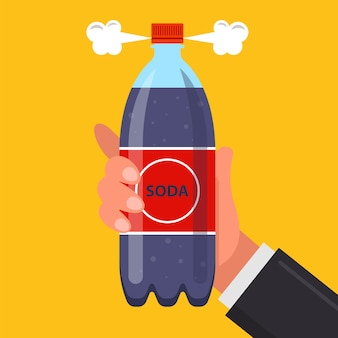 男の手に炭酸飲料のボトル。炭酸飲料を開く