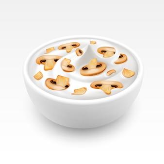 얇게 썬 샴 피뇽을 곁들인 소스 마요네즈 그릇