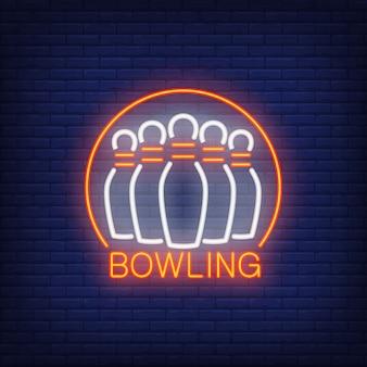 ボウリングネオンサイン、縁取りと丸いフレーム。夜の明るい広告。