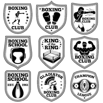 권투 레이블이 설정됩니다. 권투 선수, 장갑, 펀치 백, 승자 벨트, 반지, 헬멧.