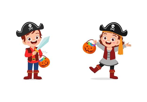 男の子と女の子がハロウィーンの海賊の衣装を着て祝う