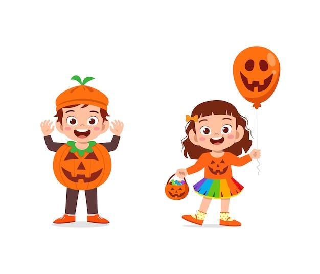 소년과 소녀 할로윈 착용 호박 의상을 축하