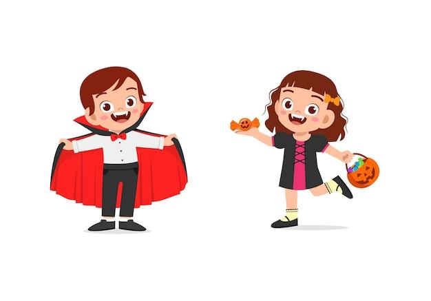 소년과 소녀는 할로윈 의상을 입고 뱀파이어 의상을 축하합니다.