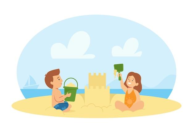 바다 해변 건물 모래 성에서 노는 수영복에 소년과 소녀 캐릭터. 여름 방학에 즐거운 아이들