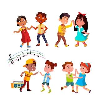 소년과 소녀 어린이 함께 춤을 설정합니다. 행복 다민족 아이 커플 댄스 리듬 댄스.