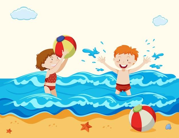ビーチで遊ぶ少年と少女