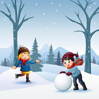雪合戦をしている男の子と女の子が屋外で戦う