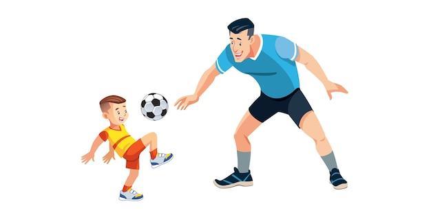 Мальчик и его отец играют в футбол на детской площадке