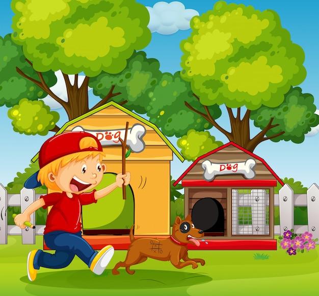 少年が庭で犬を追いかけて