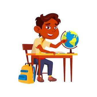 Мальчик ребенок учится на векторе урока географии. глобус обучения индийского школьника на уроке географии за столом. улыбающийся ребенок персонаж на школьном исследовании в классе плоский мультфильм иллюстрации