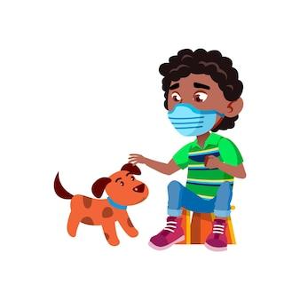 소년 아이는 개 벡터를 가지고 노는 얼굴 마스크를 착용합니다. 보호 의학 얼굴 마스크를 착용하고 강아지 애완 동물을 가지고 노는 아프리카 남학생. 국내 동물 평면 만화 일러스트와 함께 문자 재미있는 시간