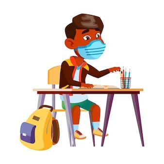 학교 벡터에서 페이셜 마스크 연구와 소년 아이입니다. 교실에서 보호 얼굴 마스크 학습 수업을 착용하는 인도 남학생. 캐릭터 코로나 바이러스 검역 평면 만화 일러스트 레이션