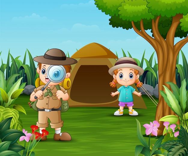 소년 탐험가와 아름다운 공원에서 캠핑 소녀