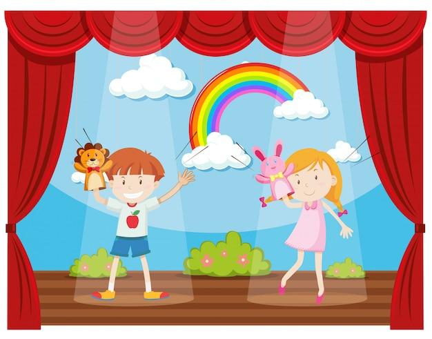 Ragazzo e ragazza che fanno spettacolo di burattini sul palco
