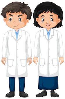 Ragazzo e ragazza in abito da laboratorio su bianco