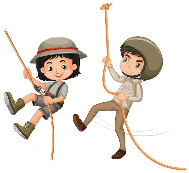 Ragazzo e ragazza in attrezzatura di safari su bianco